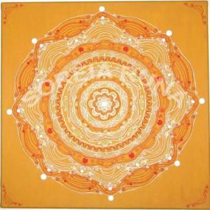 """H.: 50 cm Br.: 50 cm T.: 1.8 cm Leinwand Acryl-Zeichung Dieses Mandala schwingt in der Frequenz und dem Ton der Stärke. Und unterstützt die Absicht und den Prozess der Aktivierung der ureigenen inneren Kraft und Macht. Die jedem Menschen innewohnende Urkraft, die keine Grenzen kennt und Einen jegliche Situationen des Lebens in Leichtigkeit meistern lässt. Tiefe innere Gelassenheit ensteht.. ES IST WIE ES IST... Jegliches was mir in meinem Leben """"begegnet""""... birgt in sich ein ureigenes, persönliches Geschenk... Alles ist aus dem """"höheren"""" Blick der das Ganze erfasst.... genau so... wie es JETZT ist... genau... richtig.... so wie es ist... Hintergrund: """"sandiges"""" gelb-beige mit minimal, schlichten Struktur-und und Glitzerspuren Medial-Energie- und Heilbilder ersetzten nicht die Diagnose, Behandlung oder Verordnung des Arztes, Therapeuten oder Heilpraktikers."""
