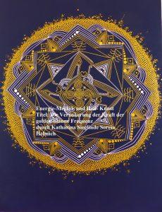 """Energie~Mandala: Die Verankerung der Kraft von TEEAS (= Lichtkristallenergie für Gruppe/Gemeinschaft) der golden-blauen Frequenz auf Erden """"Es gibt einen sehr heiligen Ort der Mandala- Wissenden, dort arbeiten verschiedenste Wesen an Heilungsmandala für Wesen, für Länder, ganze Welten, Mandala zur Erschaffung neuer Planeten, Regeneration von Sternen, Mandala für ein bestimmtes Ereignis..."""" Viele hohe Mandala-Wissende sind dort in das universale Mandala eingeweiht, das universale, kosmische Muster des Jesus Christus, das sich durch alle Dimensionen, alle Zeiten und alle Räume zieht und alles mit seiner Magnetik bestimmt was geschieht. Sozusagen ein Bauplan der Ewigkeit, die erfüllte Vision des Christus. Dieser Ort ist Licht und sehr, sehr viele verschiedenste Wesen arbeiten dort zusammen, feenähnlich, durchsichtig, fremdartig, bis hin zu schleierartiger, geometrischer oder gar glitzerpünkchenähnlicher Gestalt. Die Mandala sind dort eher wie ein See aus Licht und gleichen einem Sternenhimmelsee von Myriaden von strahlend farbigen Mustern, die nach irgendwelchen Gesetzen der Milchstraßen ineinander schweben, die genaue Ausdehnung eines solchen Mandala ist nicht ausmachbar, da es zugleich immerdar unendlich ist. Man kann auch mit Erlaubnis wie in sie hinein gehen oder sich mit ihnen verbinden und ein Meer von Gefühlen erleben, ja wird gerade zu ergriffen, Weinen, Jubeln, Entsetzen, Verharren, Stille, befreiendes Lachen und auch durchaus auch alles auf einmal zusammen...< (Dieser obere Teil der Informationen ist mit und durch das Buch von Dietrich von Oppeln - Die Kristallstädte von Lemuria). Mandala empfangen und senden Informationen vom Universum auf die Erde und von der Erde in alle Welten, verbinden, verschmelzen, fügen zusammen, sind lebendig, bewegen. Können Lichtkörper benetzen und spiegeln. Jede Einfügung, jedes Muster erschafft Symbole, Magnetlinien und Kraftfelder in der äußeren Welt. So ist mir heute bewusst geworden das alle Mandala die ich zeichne, durch mei"""
